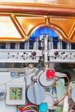 Provea de gas el calentador de agua con la cubierta quitada Imagenes de archivo
