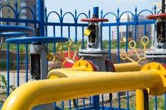 Provea de gas el eje, la distribución para las casas residenciales, tubo con una válvula, la calefacción en de la ciudad Foto de archivo