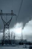 Provea de gas la central eléctrica en paisaje frío del invierno durante puesta del sol Foto de archivo libre de regalías