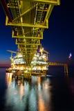 Provea de gas la plataforma o la plataforma del aparejo en tiempo de la puesta del sol o de la salida del sol imagen de archivo libre de regalías