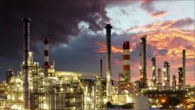 Provea de gas la refinería, industria de petróleo - lapso de tiempo almacen de metraje de vídeo