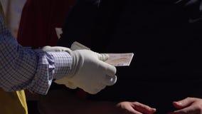 Proveja de pessoal rasgam fora o topo de bilhete na entrada da atração, fim acima Controle contrário filme