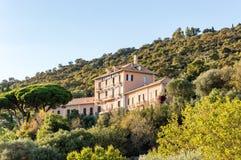 Provençal medeltida by av Bormes-les-mimosor i franska Riviera royaltyfria foton