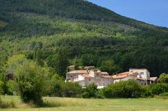 Provencal村庄典型的房子在峡谷维登上的 免版税库存照片