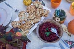 Provencal鸡汉堡用红色甜菜沙拉 免版税图库摄影