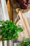 Provence-Artküche Innen, Wand des weißen Brettes, Glasflasche, Rattanküstenmotorschiff, Leinentuch, Geräte Lizenzfreie Stockbilder