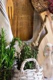 Provence-Artkücheninnenraum, weiße hölzerne Wand, Schneidebrett, Geräte, Rattanküstenmotorschiff, Leinentuch, neues Gartenkräuter Lizenzfreie Stockfotos