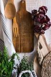 Provence projektuje nieociosanego kuchennego wnętrze, drewniane tnące deski, wiszący bieliźniany ręcznik, sznurek z suchymi piepr Zdjęcia Royalty Free
