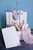 Provence stilleben av träasken som fylls med tappning, bläddrar, snör åt rosa färgen och keramisk hjärta Inbjudan eller bokstavsm Royaltyfria Bilder