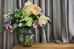 provence stylu bukiet różni romantyczni kwiaty zdjęcia stock