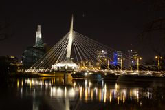 Provencherbrug en Canadees Museum die van Rechten van de mens nacht gelijk maken Royalty-vrije Stock Foto's