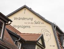 Proverbe de Friedrich Schiller à un mur de maison dans la vieille ville de Rud Photographie stock libre de droits
