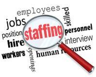 Proveyendo de personal la lupa redacta los recursos humanos que contratan a empleados Foto de archivo libre de regalías
