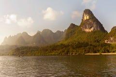 沿李河的石灰岩地区常见的地形山在阳朔,广西附近provin 免版税图库摄影