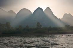 沿李河的石灰岩地区常见的地形山在阳朔,广西附近provin 库存图片