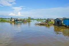 Province de Chhnang de Kampong la maison de rivière de makong près de la montagne de kongrie au Royaume du Cambodge près de la fr Photo stock