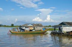 Province de Chhnang de Kampong la maison de rivière de makong près de la montagne de kongrie au Royaume du Cambodge près de la fr Photographie stock libre de droits