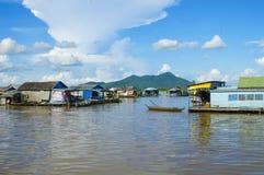Province de Chhnang de Kampong la maison de rivière de makong près de la montagne de kongrie au Royaume du Cambodge près de la fr Photos libres de droits