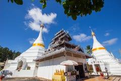 Province de Mae Hong Son, Thaïlande du nord en novembre 19,2017 : Chedis blancs de style birman avec le beau ciel chez Wat Phra T image stock
