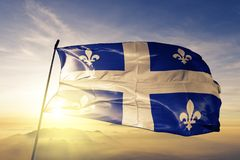 Province du Québec du tissu de tissu de textile de drapeau de Canada ondulant sur le brouillard supérieur de brume de lever de so illustration stock