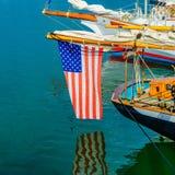 Provincetown小游艇船坞星条旗在水Provincetown MA美国中反射了 库存照片