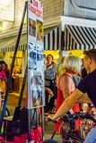Provincetown马萨诸塞2017年8月在鳕鱼角Provincetown末端有居民和游人的多同性恋人口 库存图片