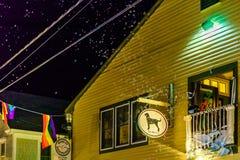 Provincetown马萨诸塞2017年8月在鳕鱼角Provincetown末端有居民和游人的多同性恋人口 免版税图库摄影