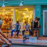Provincetown, Μασαχουσέτη ΗΠΑ - 17 Αυγούστου 2017 άνθρωποι που περπατούν στους 39ους ετήσιους Θεούς Provincetown καρναβάλι και τη Στοκ φωτογραφία με δικαίωμα ελεύθερης χρήσης