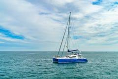 Provincetown, Cape Cod, le Massachusetts, USA - 15 août 2017 le catamaran et le sien servent d'équipier recherchant une baleine Image libre de droits