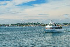 Provincetown, Cape Cod, le Massachusetts, USA - transportez-vous 15 août 2017 et le sien équipage recherchant une baleine Photos libres de droits