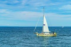 Provincetown, Cape Cod, Massachusetts, 15 agosto 2017 yacht degli Stati Uniti e sua la squadra cercanti una balena Immagini Stock Libere da Diritti
