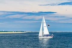 Provincetown, Cape Cod, Massachusetts, 15 agosto 2017 yacht degli Stati Uniti e sua la squadra cercanti una balena Fotografie Stock Libere da Diritti