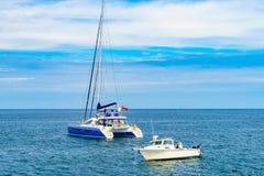 Provincetown, Cape Cod, Massachusetts, de V.S. - Augustus 15, van 2017 Catamaran, boot en hun bemanning die een walvis zoeken royalty-vrije stock foto's