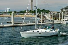 Provincetown, Cape Cod, Massachusetts, de V.S. - Augustus 15, van 2017 Jacht en zijn bemanning in jachthaven royalty-vrije stock afbeelding