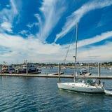 Provincetown, Cape Cod, Massachusetts, de V.S. - Augustus 15, van 2017 Jacht en zijn bemanning in jachthaven royalty-vrije stock fotografie