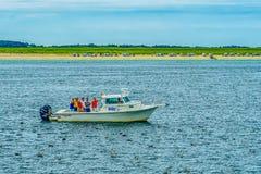 Provincetown, Cape Cod, Massachusetts, les USA - 15 août 2017 bateau et le sien crewlooking pour une baleine Photos libres de droits