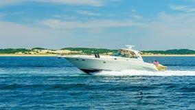 Provincetown, Cape Cod, Massachusetts, US - 15. August 2017 Boot und seine Mannschaft, die nach einem Wal suchen Lizenzfreies Stockfoto