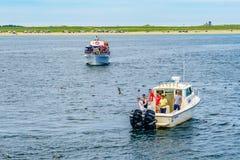 Provincetown, Cape Cod, Massachusetts, US - 15. August 2017 Schiff und Boot, die nach einem Wal suchen Lizenzfreies Stockbild