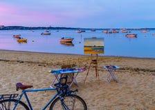 Provincetown, mA, los E.E.U.U. - 12 de agosto de 2017 lona, caballete, bicicleta, naves y barcos en el puerto deportivo de Provin Fotos de archivo
