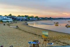Provincetown, mA, los E.E.U.U. - 12 de agosto de 2017 lona, caballete, bicicleta, naves y barcos en el puerto deportivo de Provin Fotografía de archivo