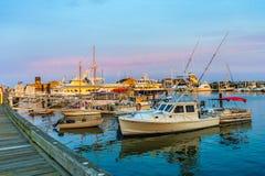 Provincetown, mA, los E.E.U.U. - 12 de agosto de 2017: Naves y barcos en el puerto deportivo de Provincetown durante puesta del s Foto de archivo