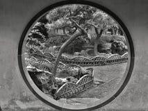 PROVINCIA CINA DI SUZHOU, JIANGSU, MAGGIO 2015: Portone della luna nel giardino umile dell'amministratore immagine stock libera da diritti