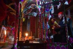"PROVINCIA de GUIZHOU, †de CHINA ""CIRCA DICIEMBRE DE 2018: El ritual que redime el voto fotos de archivo"