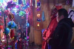"""PROVINCIA de GUIZHOU, †de CHINA """"CIRCA DICIEMBRE DE 2018: El ritual que redime el voto en un pueblo de Guizhou fotografía de archivo libre de regalías"""