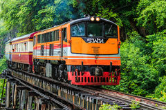 PROVINCIA de KANCHANABURI, TAILANDIA - 18 de junio: Tren en el límite de Tailandia-Myanmar Imágenes de archivo libres de regalías