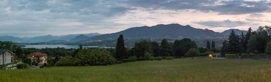 Provincia de Varese, Italia Visión panorámica en la salida del sol del dei Fiori, parque regional de Campo del lago y del soporte imagen de archivo