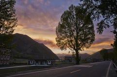 Provincia del Sichuan, tramonto della strada della montagna della Cina Xinduqiao fotografia stock libera da diritti