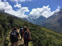 Provincia di Cusco, Perù - 8 maggio 2016: Un giovane gruppo di internati fotografie stock