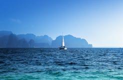 Provincia di Krabi dell'oceano e dell'yacht Fotografie Stock Libere da Diritti