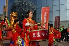 """Provincia di Puyang, Henan, Cina: La prestazione """"del tamburo di battaglia """"dai gong delle donne e dal gruppo dei tamburi della c fotografie stock libere da diritti"""